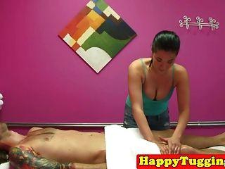 亚洲女按摩师沐浴她的按摩客户