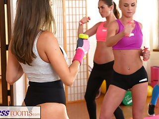 健身室女同志恋人在健身房后相互vers。
