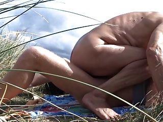 老人在沙丘里他的男朋友他妈的