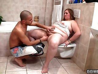 角质家伙在浴室里他妈的丰满丰满