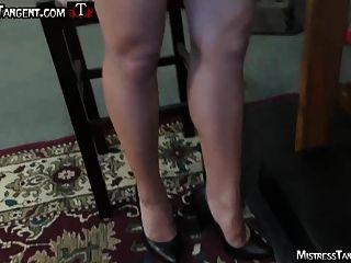 女主人正切打嗝践踏耻辱的奴隶
