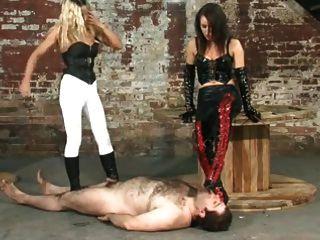 两个情妇主宰他们的奴隶