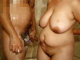 成熟的女人与大山雀和我在淋浴