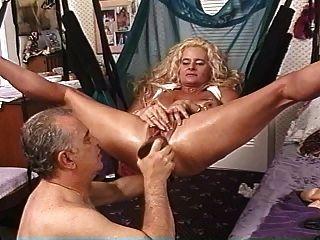 成熟的金发碧眼的荡妇在吊带着巨大的假阳具