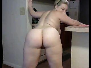 一个胖乎乎的俄罗斯妇女剥离