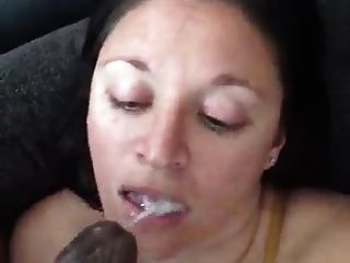 白色的女孩在她的嘴里有一个黑色的鸡巴是如此马虎