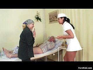 奶奶手表爷爷他妈的护士在医院