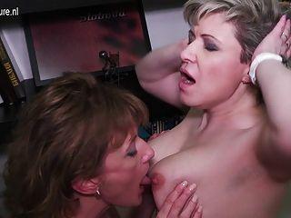 两个成熟的屁股和毛茸茸的女同性恋舔