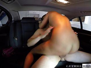 性感的金发女郎被司机覆盖