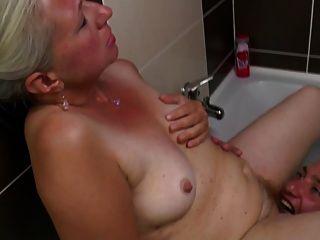 老妈妈在浴室里拿年轻的公鸡