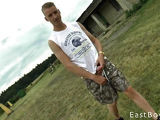 具有巨大公鸡的捷克男孩得到室外手柄