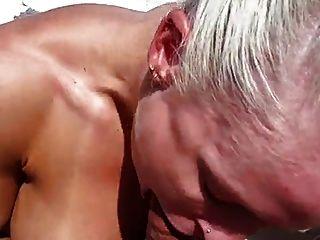 非常热的肌肉女人他妈的在船上