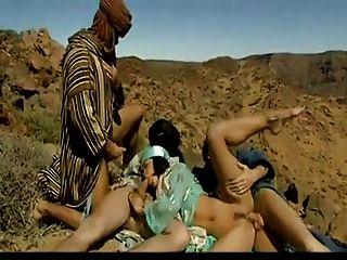 三名阿拉伯人在沙漠中他妈的热阿拉伯荡妇。