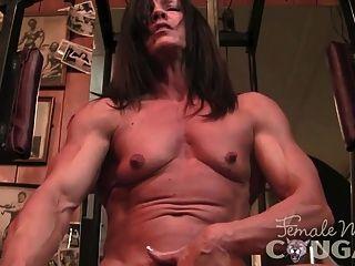 肌肉成熟的手淫和他妈的假阳具