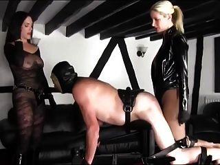 两个热情的情妇bandon他妈的一个无奈的奴隶