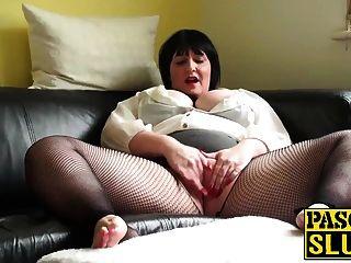 成熟的胖胖的女士在沙发上欣赏她湿的阴户