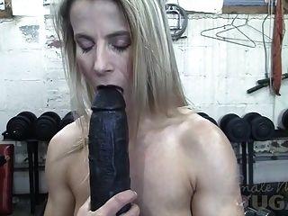肌肉成熟的克莱尔在健身房里玩巨大的假阴茎