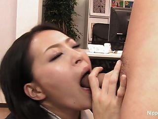 性感秘书用他的嘴巴和脚踢他的公鸡