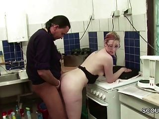 厨师fickt seine青少年praktikantin在der kueche durch