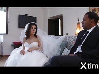 不忠的意大利妻子和一个黑人一起玩耍