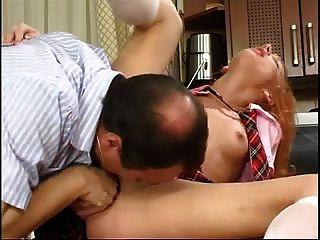 stp1爸爸检查她的工作,她给他一个他妈的!