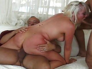 性感的金发女郎得到两个洞他妈的很辛苦