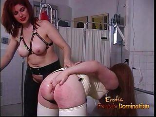 乳胶覆盖的昏迷者在收到前用玩具欣赏她的屁股