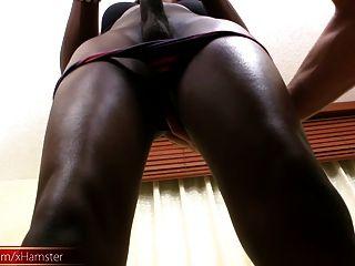 美丽的黑色女性用紧屁股吮吸大白公鸡