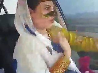 伊朗性感的hijab milf在汽车阿瓦斯市跳舞