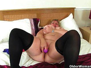 uk milf甜瓜玛丽玩弄她的大山雀和他妈的假阳具
