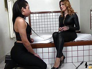 教练奴隶女孩践踏脚控制情妇红头发