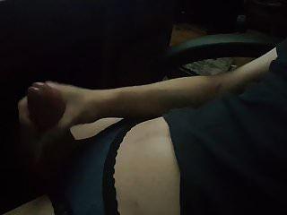 女性男孩cums与他的内裤上