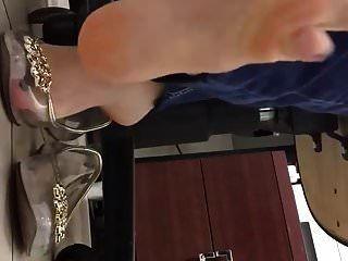 工作中的透明塑料平底鞋鞋