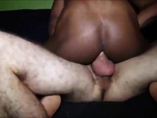 白人男子与巨大的公鸡来和播种黑人男孩fags