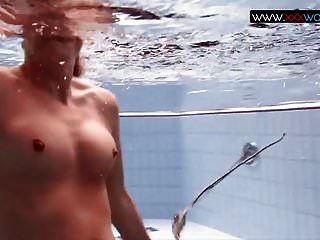 在水下弹跳胸部