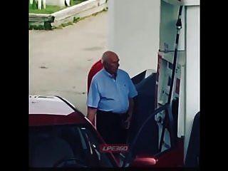 老人阴茎在加油泵