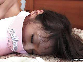 大屁股黑发亚洲小姑娘像老板一样骑胖胖的家伙