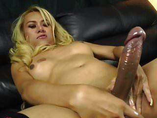 性感的女士男孩与大公鸡卡明由布朗森