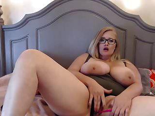 可爱的胖乎乎的眼镜女孩与巨大的胸部