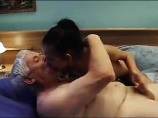 老人称一个性感的年轻护送女孩与漂亮的胸部和cre