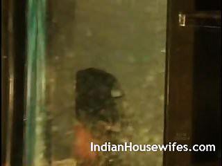 印度妻子拍摄洗澡由她的丈夫暴露