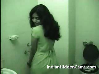 年轻的印度妻子粗暴的性行为后洗澡