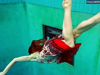 热的波兰红发女郎在游泳池里游泳