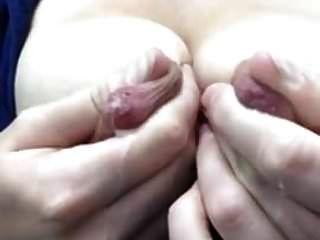 挤奶她巨大的哺乳期乳头