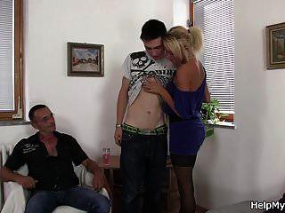 老老公问小伙子他妈的他金发碧眼的妻子