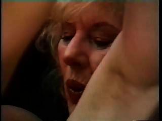 大胸奶奶引诱一个年轻人,让他敲打
