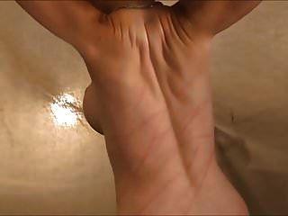 女人裸露背鞭打