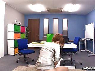 诱人的日本办公室女孩得到了她想要的肛门饼