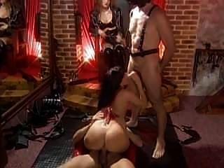 情妇gabrielle与她的女性和男性奴隶尖叫