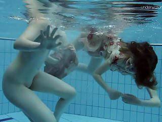 水下两个热毛茸茸的美女